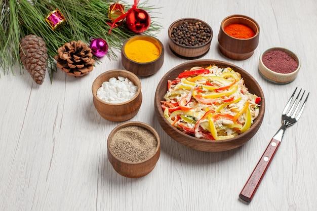 Frischer hühnersalat der draufsicht mit gewürzen auf weißem schreibtischsnack reife mahlzeit fleisch frischer salat