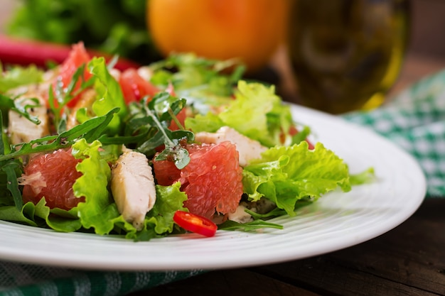 Frischer hühnersalat, grapefruit, salat und honig-senf-dressing. diätmenü. richtige ernährung.