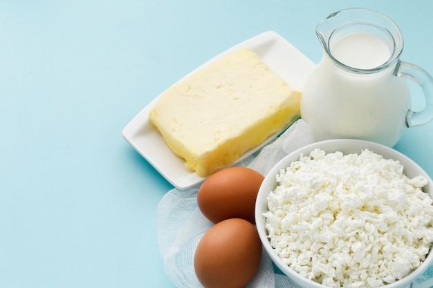 Frischer hüttenkäse mit bio-milch und butter