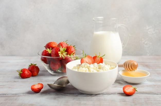 Frischer hüttenkäse mit frischen erdbeeren