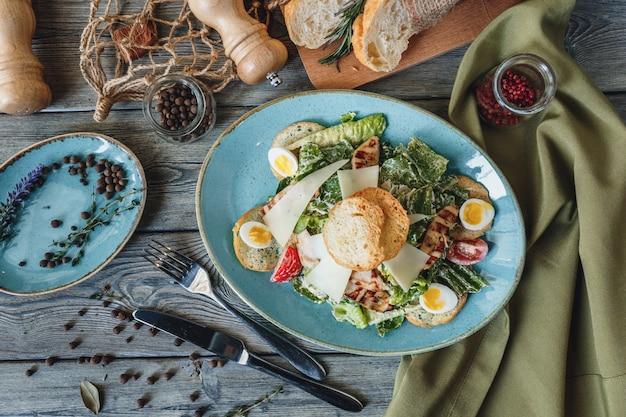 Frischer huhn-caesar-salat