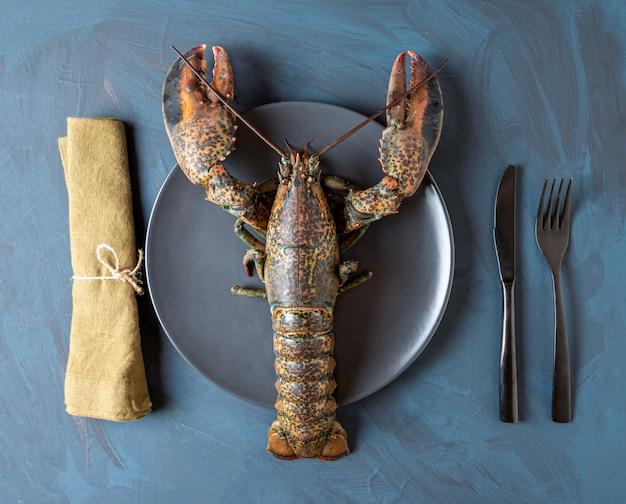 Frischer hummer mit besteck und serviette, konzept von luxus, gourmet, qualität frische meeresfrüchte