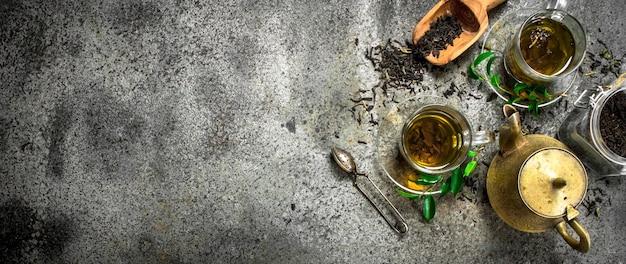 Frischer indischer tee mit einer brauerei auf rustikalem tisch.