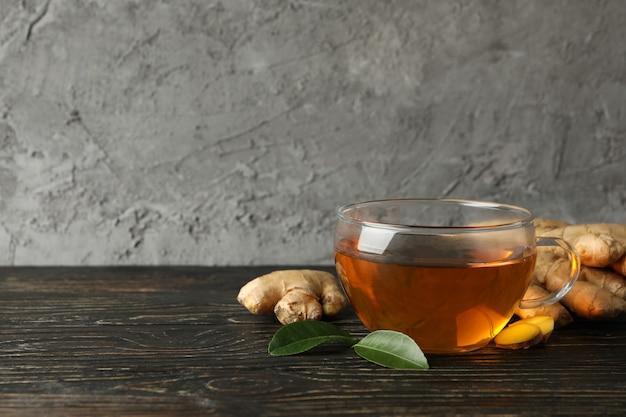 Frischer ingwer und eine tasse tee