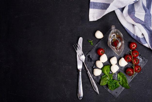 Frischer italienischer caprese-salat