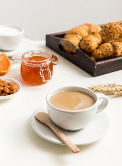 Frischer kaffee aus der nähe mit milch zum servieren