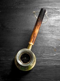 Frischer kaffee im alten türken an der schwarzen tafel