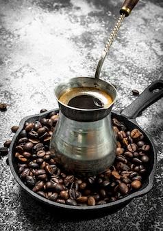 Frischer kaffee im türken auf einem rustikalen hintergrund