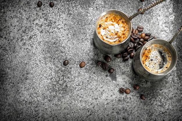 Frischer kaffee in den türken. auf einem rustikalen hintergrund.