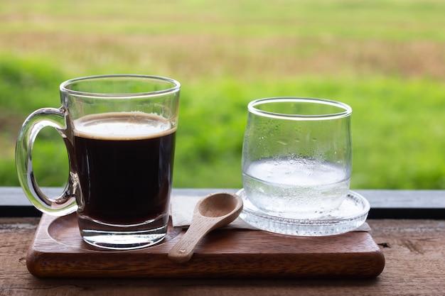 Frischer kaffee in einem glas