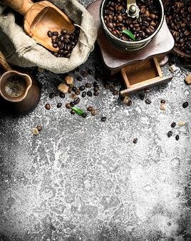 Frischer kaffee in einem lehmtruthahn mit zucker- und zimtkristallen. auf einem rustikalen tisch.