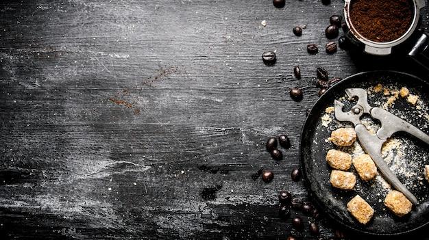 Frischer kaffee. kaffeetasse mit braunem zucker und gerösteten körnern.