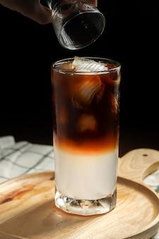 Frischer kaffee mit süßem kokosnusssaft.