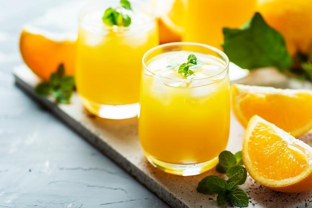 Frischer kalter orangensaft