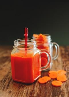 Frischer karotten-smoothie in einem glas