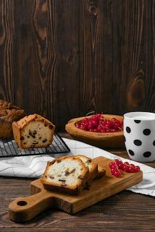 Frischer kekskuchen mit rosinen auf dem tisch