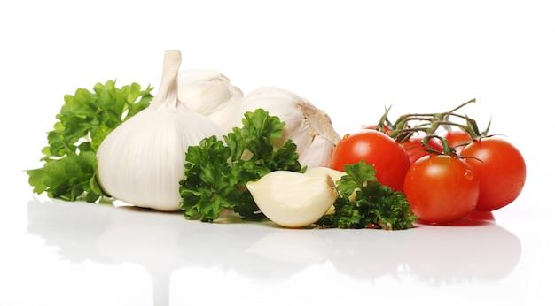Frischer knoblauch und tomaten