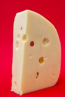 Frischer, köstlicher bauernprodukt masdam käse. die produkte werden verkauft.