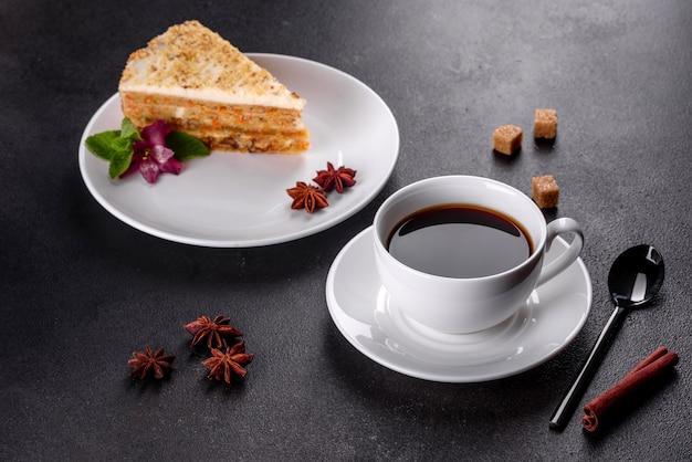 Frischer köstlicher karottenkuchen mit sahne auf einem dunklen hintergrund. karottenkuchen mit geschlagenem zuckerguss
