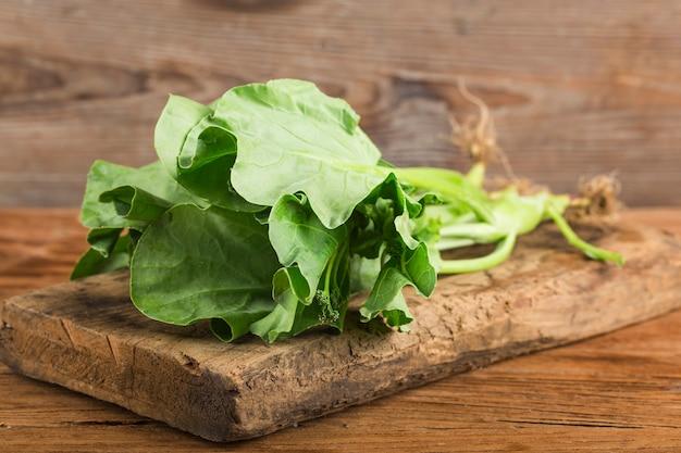 Frischer kohlsalat auf holztisch