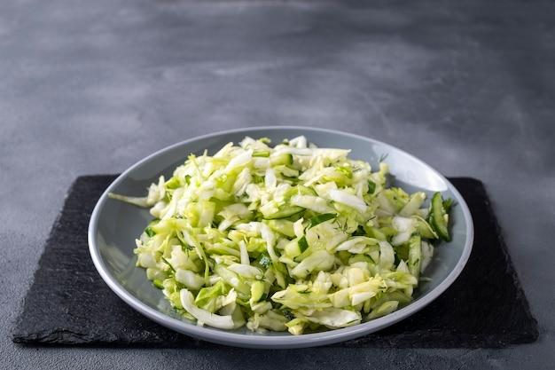 Frischer kohlsalat mit gurke und fenchel