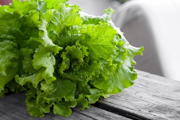 Frischer kopfsalat auf einem holztisch, neues organisches gesundes lebensmittel