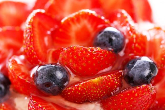 Frischer kuchen mit erdbeere und blaubeere
