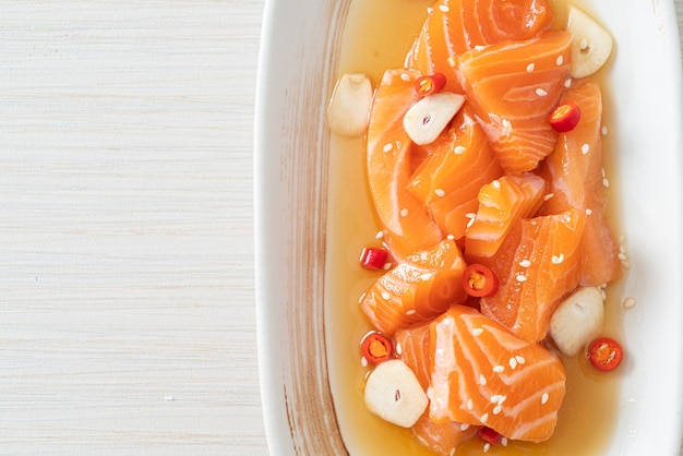 Frischer lachs roh mariniert shoyu oder lachs eingelegte sojasauce - asiatische küche