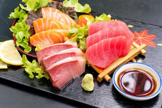 Frischer lachs, thunfisch und hamaji raw sashimi