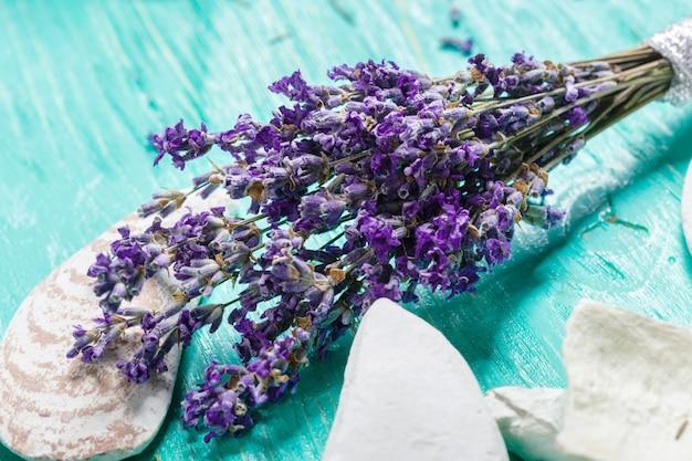 Frischer lavendel auf holz