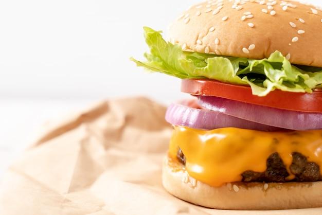 Frischer leckerer beef burger mit käse und pommes