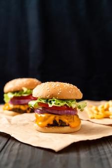 Frischer leckerer beefburger mit käse und pommes frites