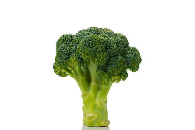 Frischer leckerer brokkoli lokalisiert auf weiß