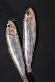 Frischer leckerer fisch auf schwarz