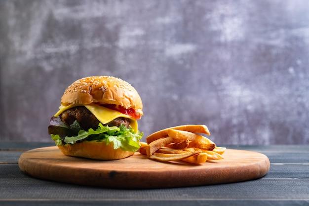 Frischer leckerer hausgemachter hamburger mit frischem gemüse