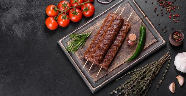 Frischer leckerer kebab mit gewürzen und kräutern gegrillt. gegrilltes fleischgericht