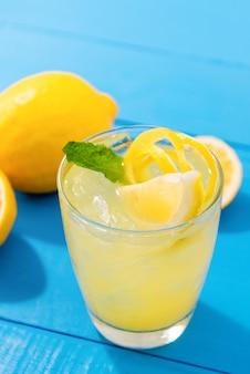 Frischer limonadensaft mit tadellosen blättern