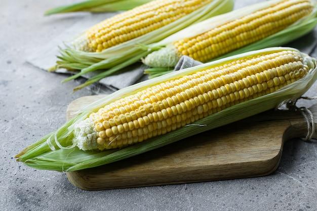 Frischer mais auf pfeilern in einem gewebebeutel