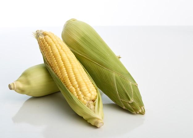 Frischer mais auf weißem tabellenhintergrund, nahaufnahme