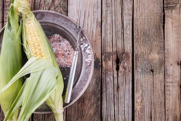 Frischer maiskörner auf weinleseplatten