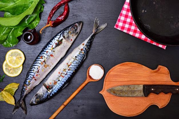 Frischer makrelenfisch mit gewürzen
