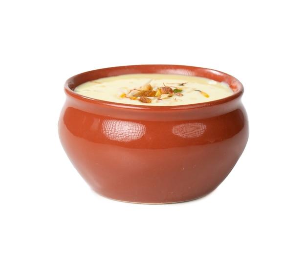 Frischer mandel-safran-milch / badam-shake isoliert auf weißer oberfläche