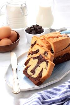 Frischer marmer-kuchen, hausgemachter, in scheiben geschnittener marmorkuchen aus zwei verschiedenen farben von teig, schokoladen- und vanille-biskuitkuchen