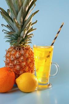 Frischer multifruitsaft mit eis in einem glas. ananas, orange, zitrone, apfel auf einem blauen raum