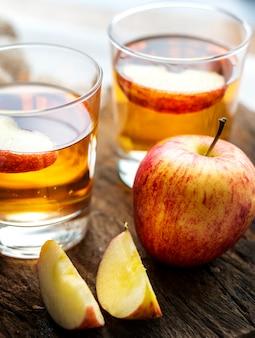 Frischer naher hoher Schuss des Apfelsaftes