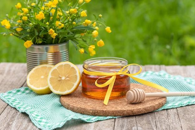 Frischer natürlicher honig mit zitronenscheiben.