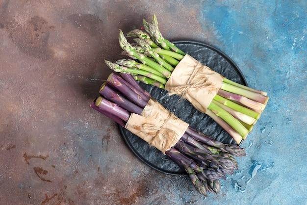 Frischer natürlicher organischer grüner und lila spargel