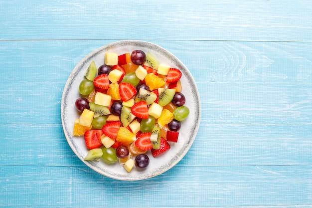 Frischer obst- und beerensalat, gesunde ernährung.