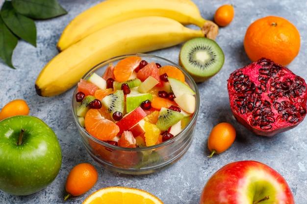 Frischer obstsalat in der schüssel mit frischen früchten.
