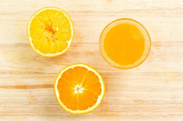 Frischer orangensaft auf holzschneidebrett